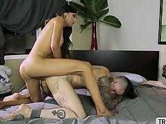 Transbabe Venus seduces a guy applicant